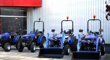 Kleintraktor vor dem Firmengebäude
